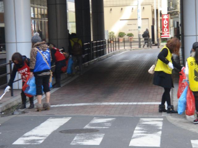 京成船橋駅付近。なんといってもタバコの吸い殻拾いがメインですね。ガムも多いなぁ…。